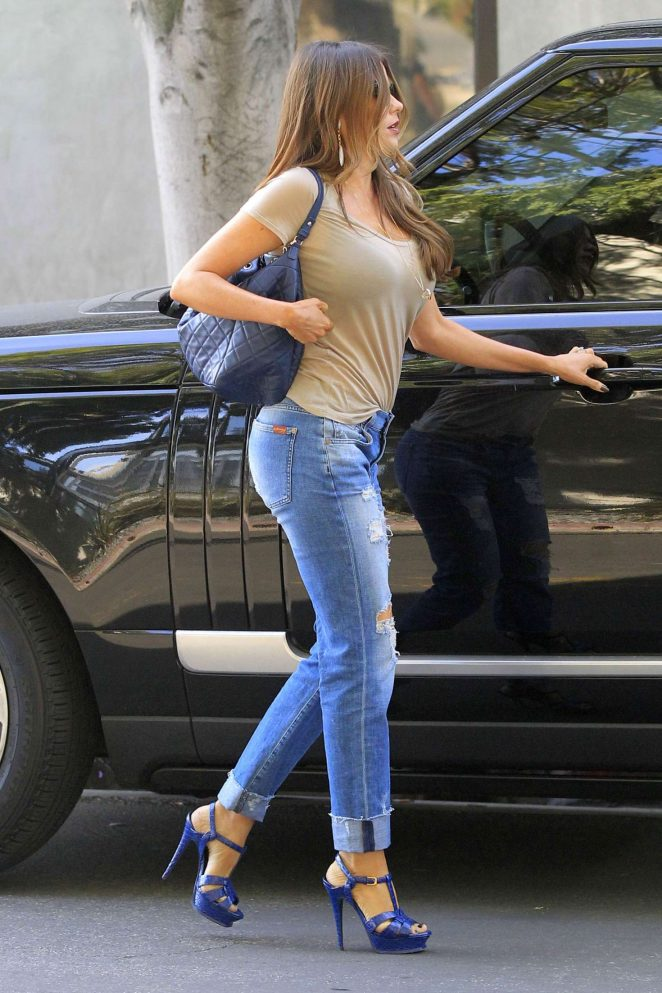 Pick up on this fully drippin chick in tight jeans we know you will love to lay your eyes on.