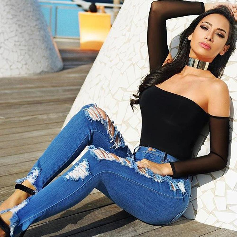 Peep out this altoghether mega babe in tight jeans we know you will get down with to get with :)